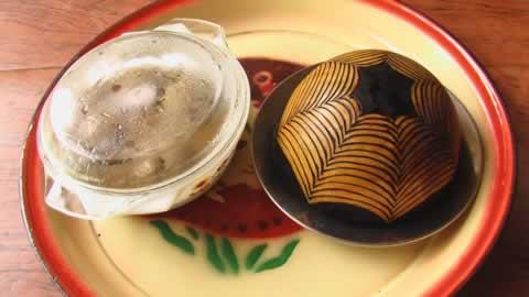 La boule, plat typique tchadien, recouverte d'une calebasse et accompagnee de la sauce