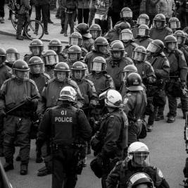 La Sûreté du Québec prend le relais du SPVM pour encercler un groupe de manifestantEs anticapitalistes arrêtéEs sur la rue Ontario.