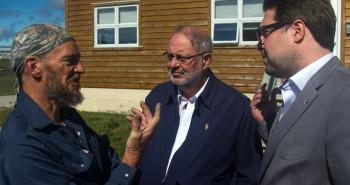 Un citoyen d'Anticosti, Marc Lafrance, connu pour son opposition à l'exploration pétrolière, s'adressant aux ministres Pierre Arcand et David Heurtel.