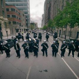 Policiers bloquant une rue de Montréal - Photo Mario Jean @ MADOC