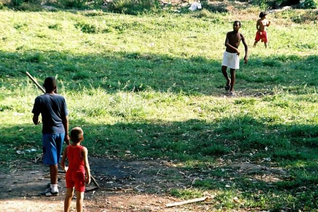 Enfants jouant à la balle